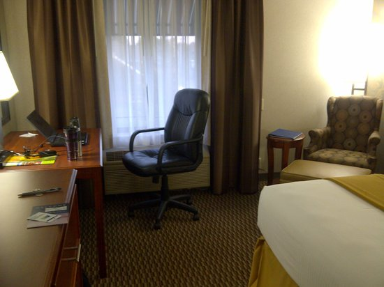 Holiday Inn Express Holland: Desk and Adjustable Rolling Chair