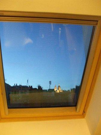 Hôtel des 3 Poussins : 窓からサクレクール寺院が見える