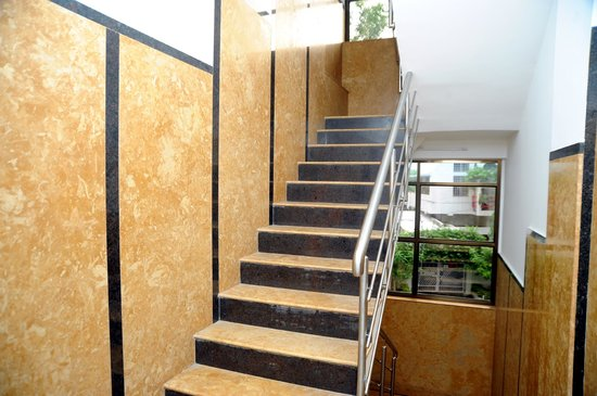 OYO 9043 Peanut Inn: Clean Stairs - Fully automatic elevator as well