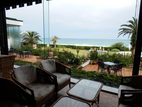 Kamogawa Grand Hotel: 海を見ながらロビーカフェでのんびり
