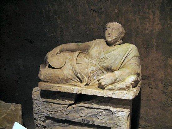 Museo Civico La Citta Sotterranea : statue of Etruscan man