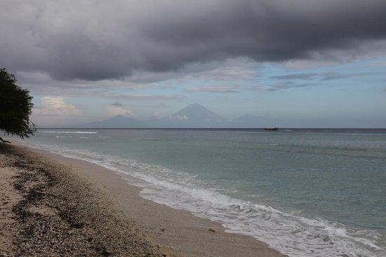 Desa Dunia Beda Beach Resort: View of Bali volcano from beachfront dining area