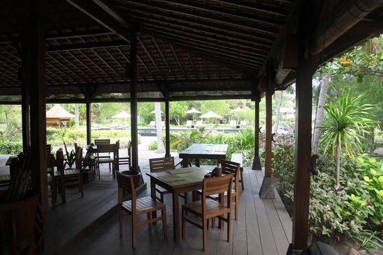 Desa Dunia Beda Beach Resort: Joglo/lobby dining area