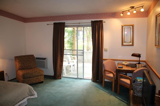 Ponderosa Gardens Motel: Sliding door leads to private patio and pool/jacuzzi