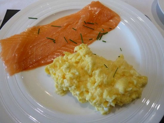 Spire Cottage: Scrambled egg and smoked salmon breakfast