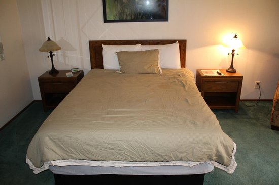Ponderosa Gardens Motel: Very comfortable bed....this is a queen