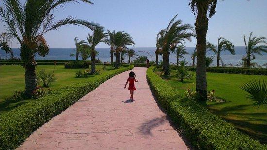 Fantazia Resort: vialetto dalle piscine alla spiaggia