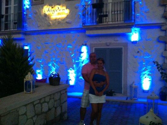 Chigdem Hotel: Otelimizin önünde güzel bir akşam eşimle birlikte