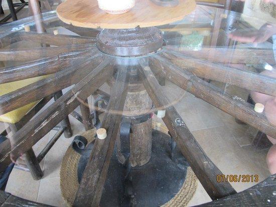 Restaurante El Mirador: A wheel table!