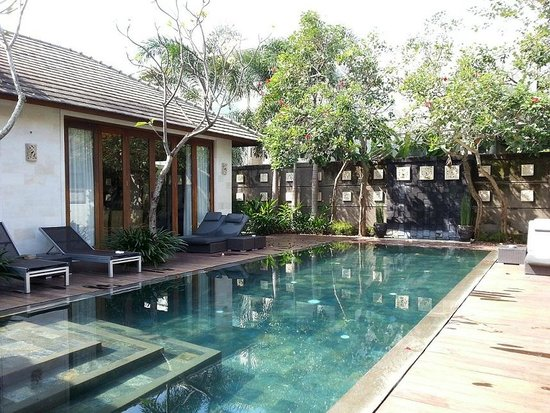The Akasha Villas: swimming pool and door to the kitchen
