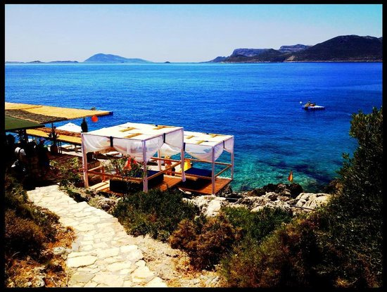 Amphora Hotel: way to the beach