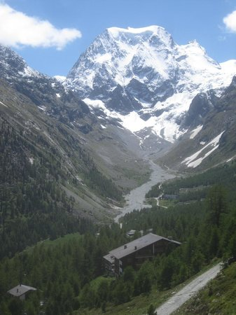 Grand Hotel Kurhaus : view of hotel from the path to Les Aiguilles Rouges