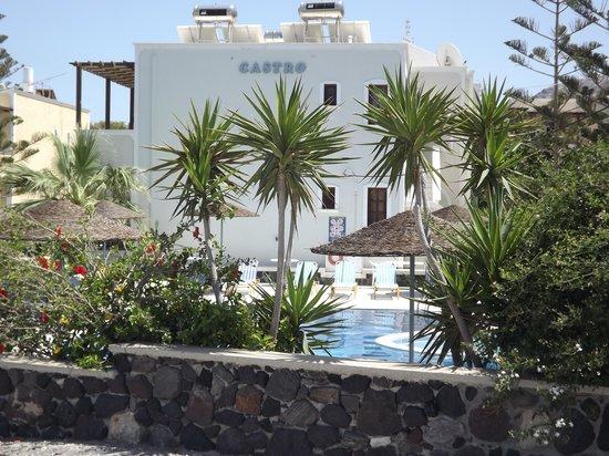 Castro Hotel Kamari: Hotel from road