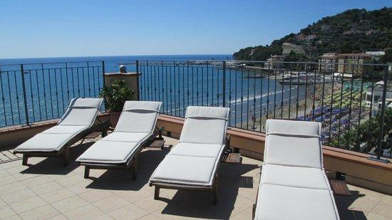 Palace Hotel : solarium panoramico con vista sulla baia di Diano Marina verso Capo Berta