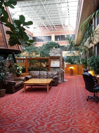 Sawridge Inn and Conference Centre Jasper: The atrium/lobby area