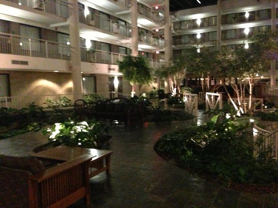 Embassy Suites by Hilton Syracuse: Rain forrest