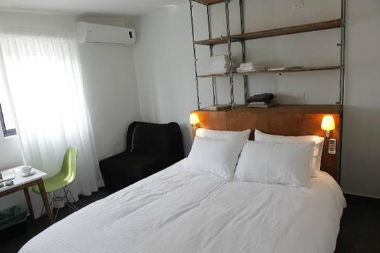 Pink House TLV: Double Room - King size bed