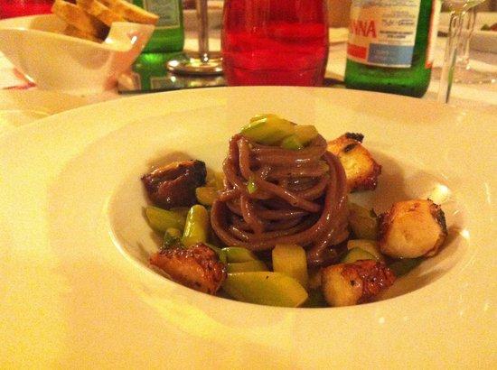Vecio Fritolin : spaghetti di barbabietola al pesce...mmmm buonissimi! :)