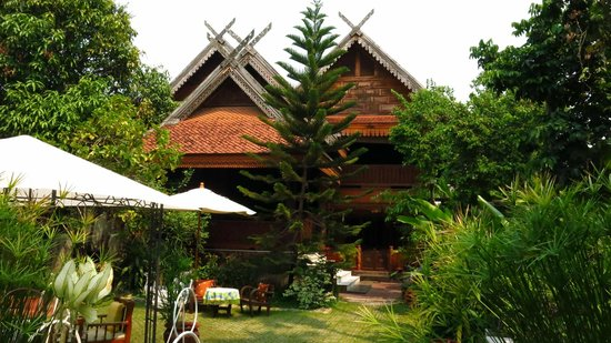 Siri House: Vista genérica de la casa. Es una casa tradicional de madera de teka y bambú. Preciosa