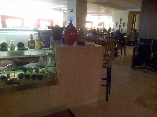 Protea Hotel Marriot Durban Umhlanga Ridge: Breakfast and bar area - Buffet