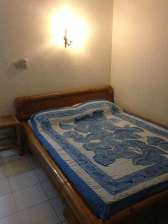 Teba House Ubud Guest House: Chambre du bungalow au fond du jardin