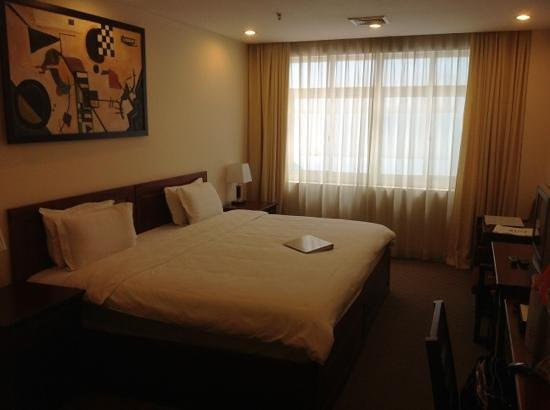 Vientiane Plaza Hotel: big comfy bed and spacious room