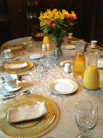 Park Place Bed and Breakfast: Table set for breakfast