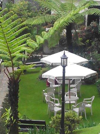 The Elgin, Darjeeling : sitting area in garden