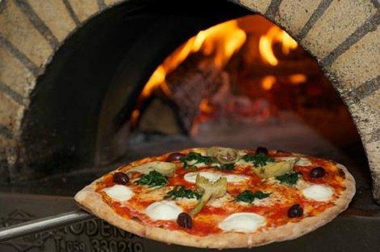 La Commedia Pizzeria Restaurant: The pizzas made in a real stone oven