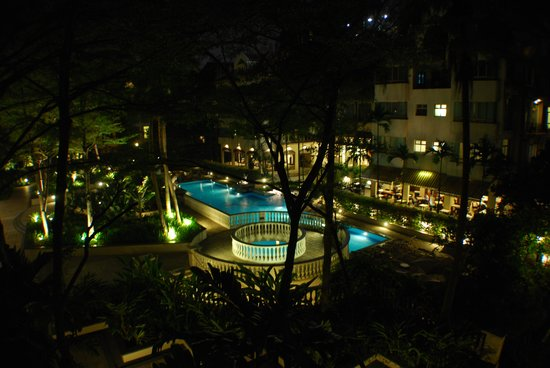 Treetops Executive Residences Singapore: 2 Bedroom apt view from balcony at night