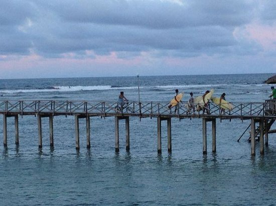 Sagana Resort: Surfers on the boardwalk coming back from Cloud9