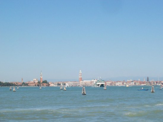 Riviera Hotel: Lagoon view towards St Marks from Venice Lido