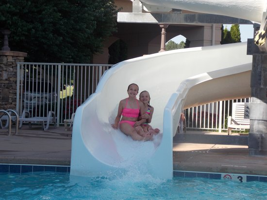 Music Road Resort Inn: Our girls having fun on the waterslide