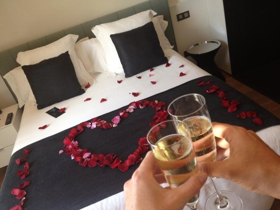 Hotel Ohla Barcelona: The concierge arranged petals on the bed for our arrival!