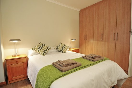 Great White Shark Accommodation : Main bedroom with quality linen and towels