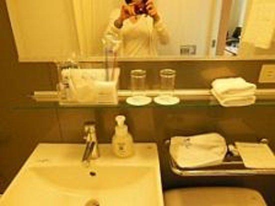 Hotel Rocore Naha: ユニットバスも洗面所も清潔感満点です