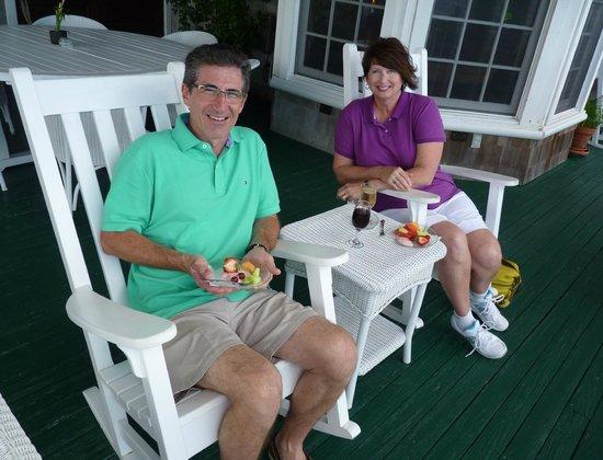 Elizabeth Pointe Lodge: Happy Hour on the verandah!