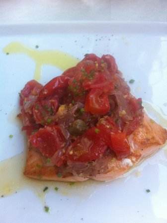 Salvi a San Lorenzo: Amazing salmon with red onion & tomato