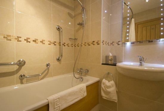 The Tudor Arms Lodge: Accessible Bathroom