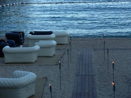 Le Meridien Beach Plaza: Abends am Strandbereich
