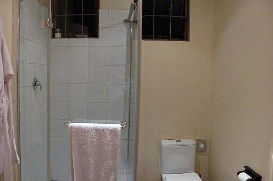 Mackaya Bella Guest House: shower, toilet