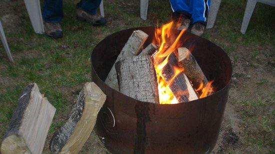 Dwight Village Motel: Fire Pit  with lots of free fire wood