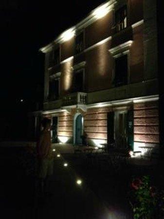 Hotel Villa Accini: Front of hotel at night
