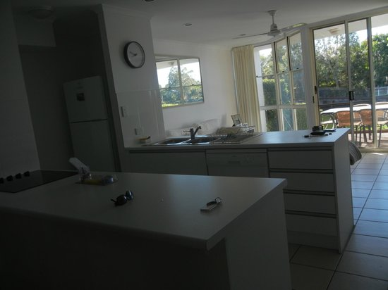 Portside Noosa Waters Resort : Townhouse 17:  looking into kitchen from dining area