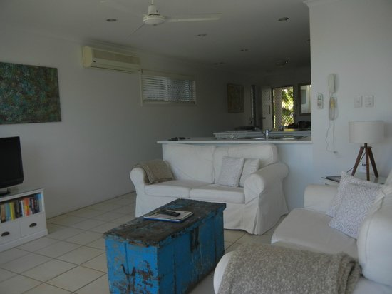 Portside Noosa Waters Resort: Townhouse 17:  view into lounge/kitchen