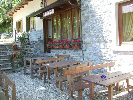 Albergo Ristorante La Foresta: entrata ristorante tavoli all aperto