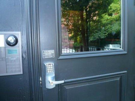 The Inn At St Botolph: 玄関。暗号を入れるキーボード
