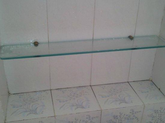 La Residenza Capri: Dirty glass shelf in bathroom.