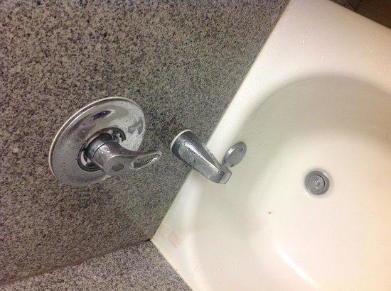 Motel 6 San Antonio Airport: Dirty tub leaking faucet