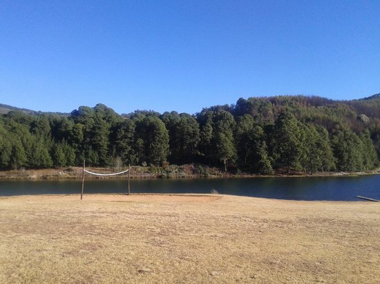 Troutbeck Resort: Voley Ball Pitch and Lake